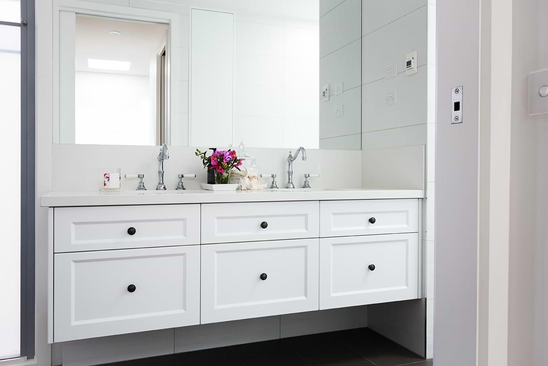 תמונת אוירה ארון אמבטיה לבן