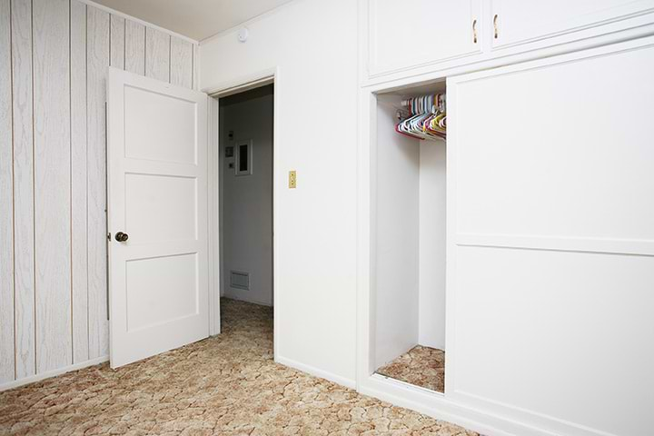 תמונת אוירה חדר עם ארונות הזזה