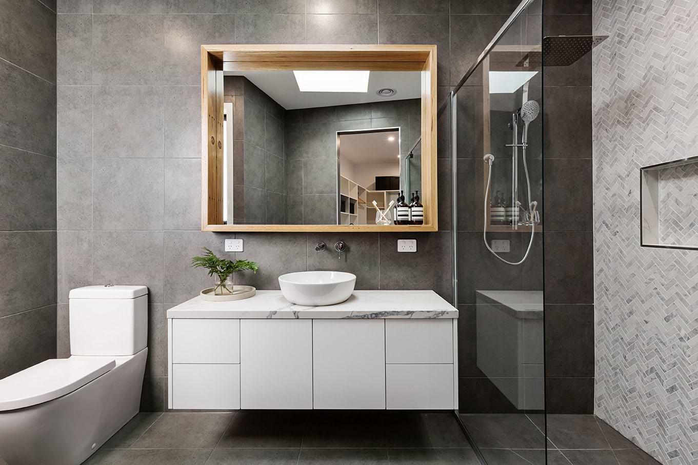 תמונת אוירה אמבטיה עם ארונות אמבטיה