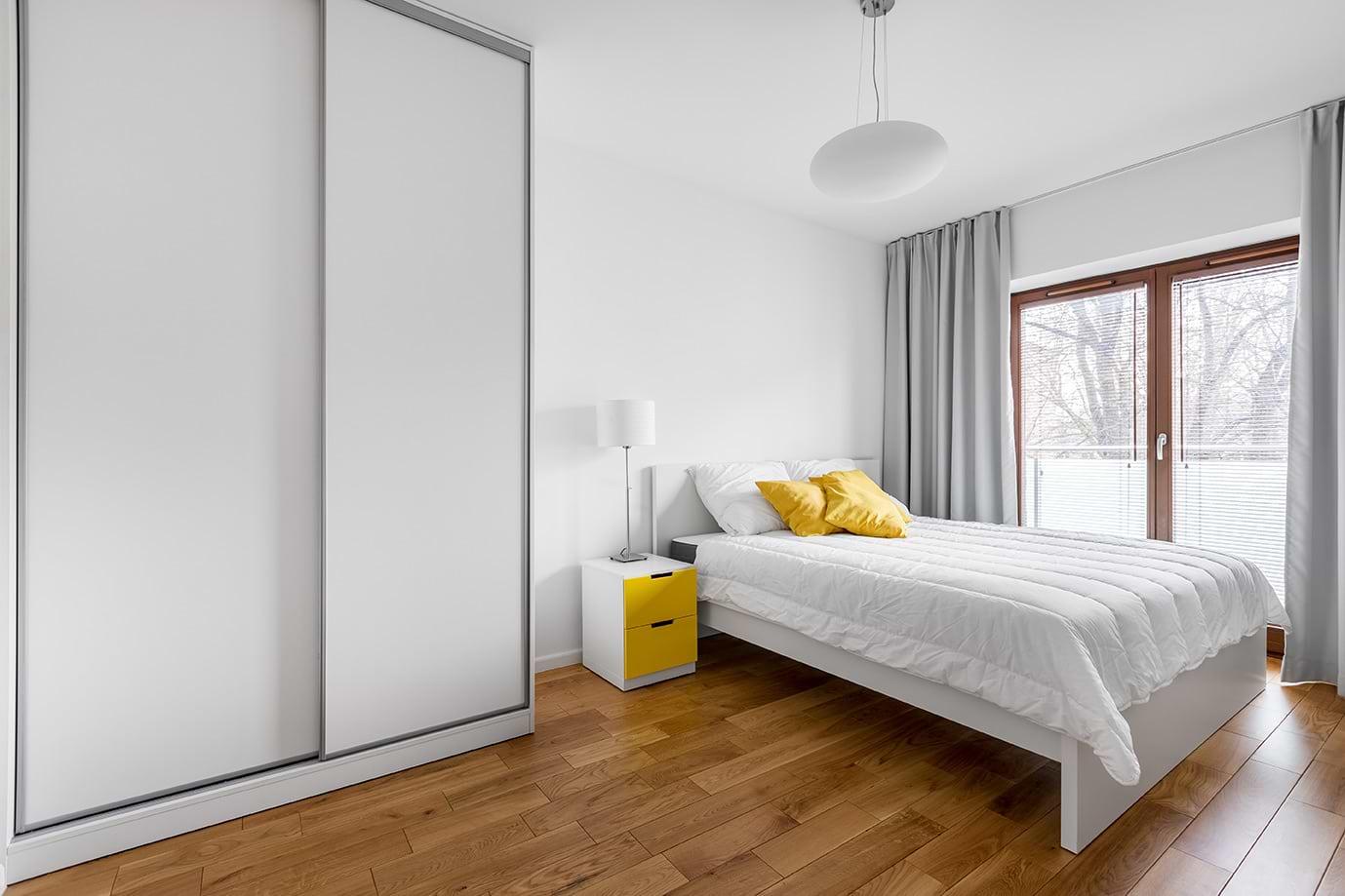 תמונת אוירה חדר שינה עם ארונות הזזה