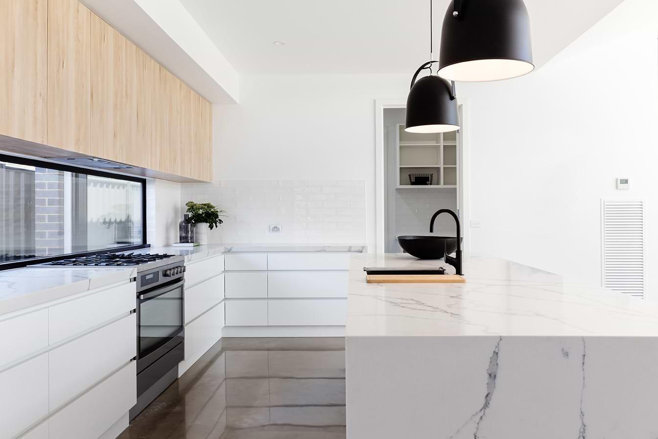 תמונת אוירה מטבח שיש לבן