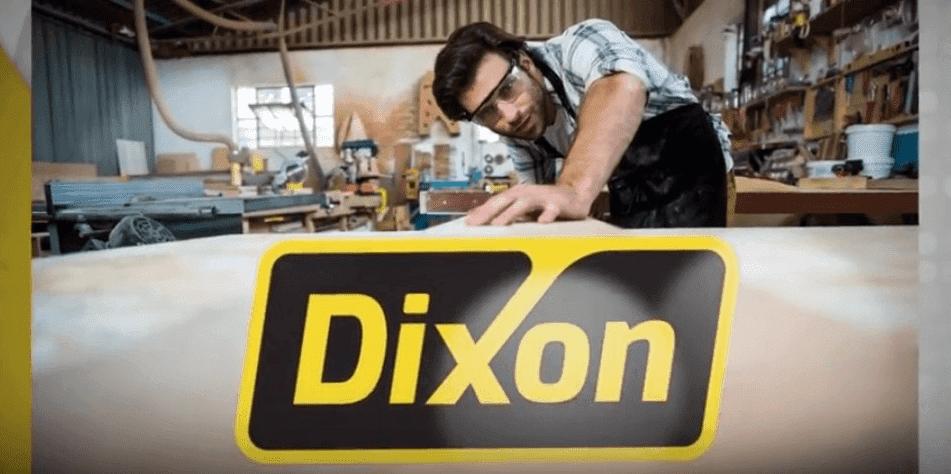 נגר בתהליך עבודה כולל לוגו דיקסון