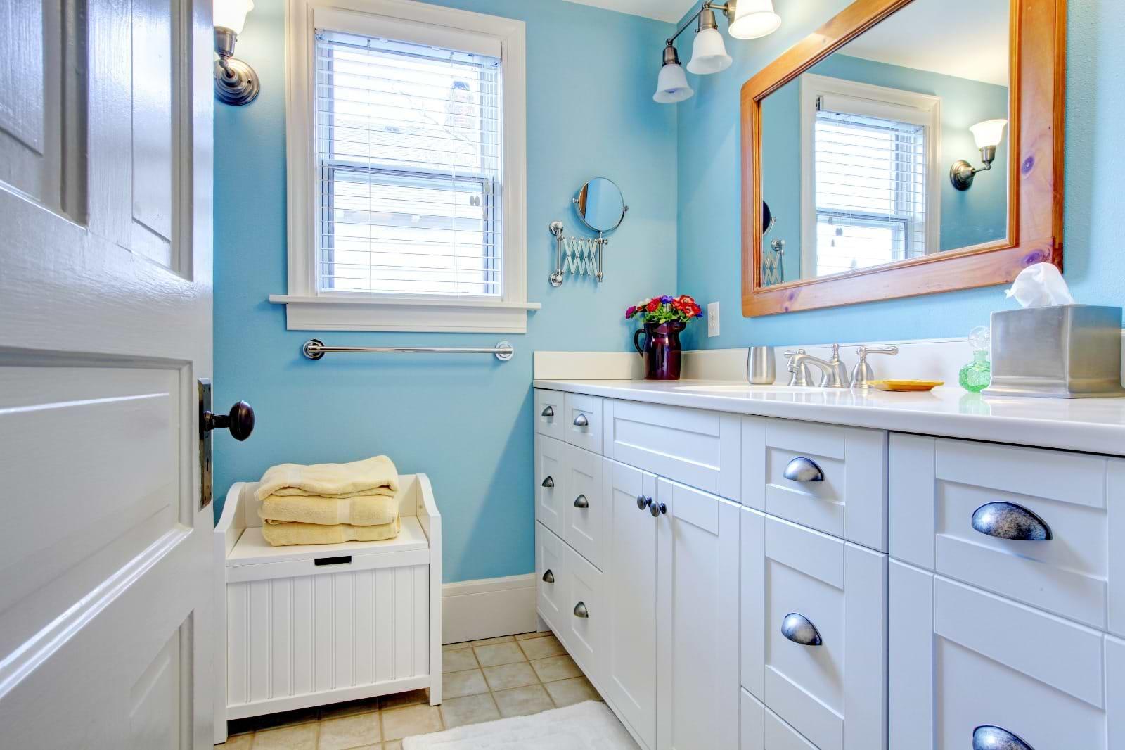 תמונת אוירה מקלחת ארונות בהירים