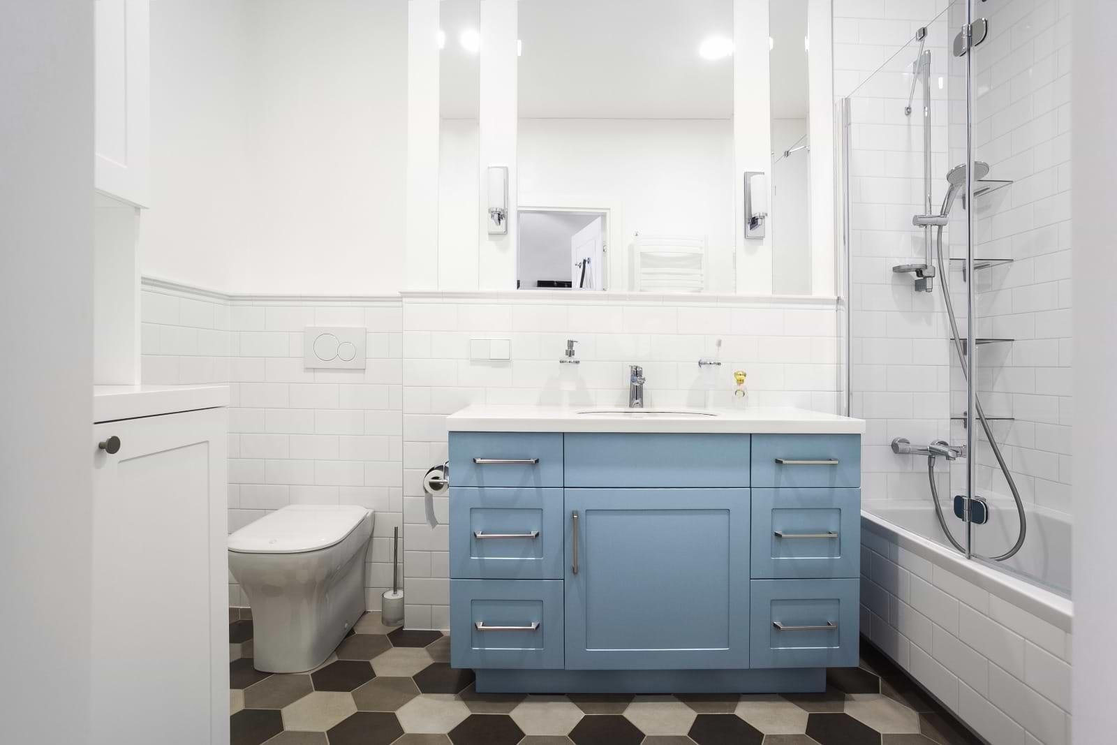 תמונת אוירה מקלחת ארונות תכלת